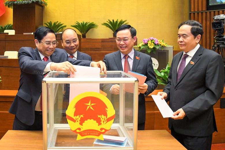 Các Lãnh đạo bỏ phiếu miễn nhiệm một số Phó Thủ tướng Chính phủ, Bộ trưởng và thành viên khác của Chính phủ
