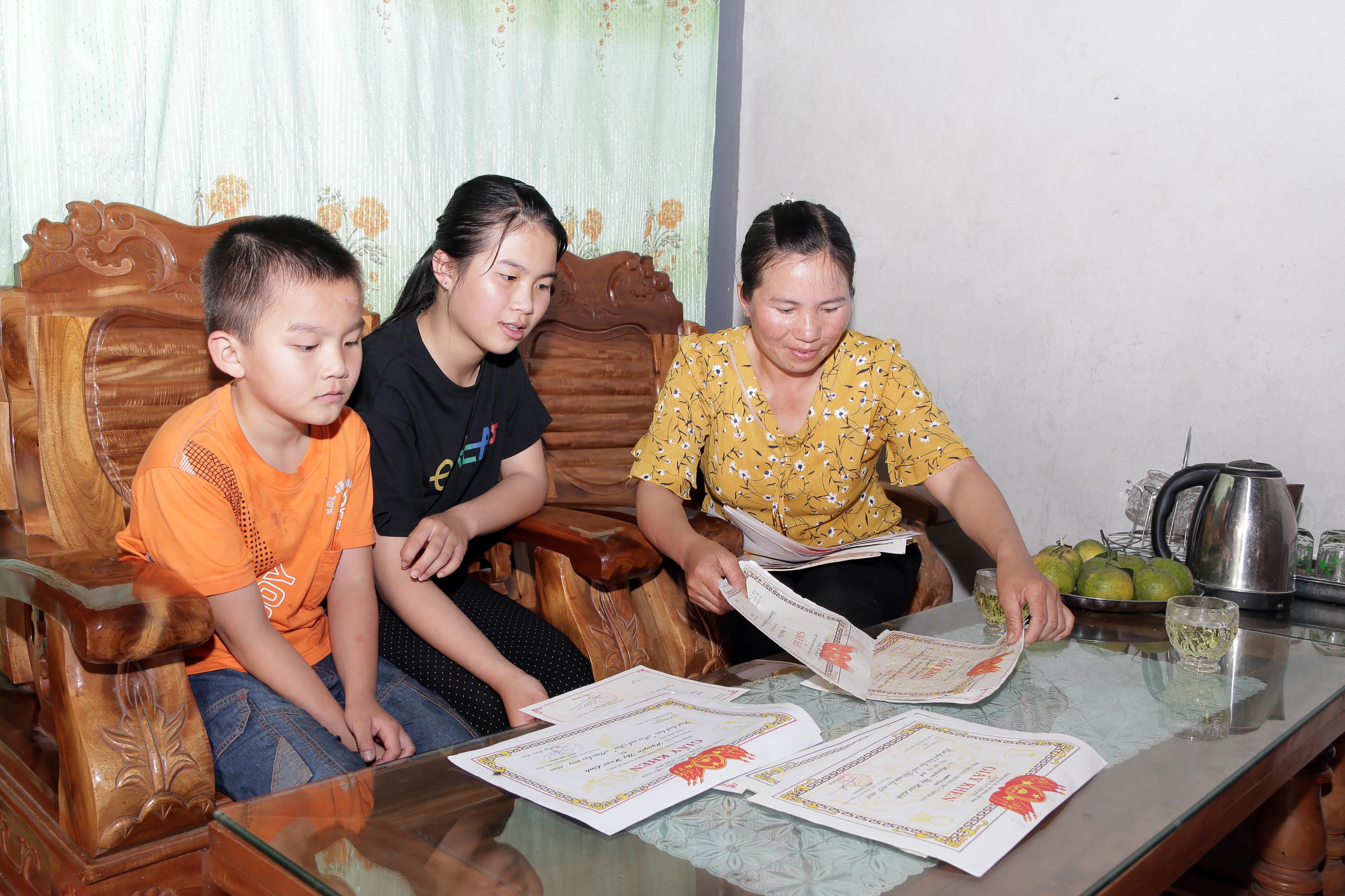 Nhờ chăm chỉ trong học tập nên từ lớp 1 đến lớp 9, Nguyễn Thị Hoài Linh luôn đạt danh hiệu học sinh giỏi, học sinh xuất sắc. Các giấy khen, giấy chứng nhận được mẹ của Linh cất giữ cẩn thận.