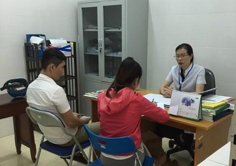 Cán bộ Khoa Phòng, chống HIV/AIDS - Trung tâm Kiểm soát bệnh tật tỉnh tư vấn cho bệnh nhân điều trị Methadone.