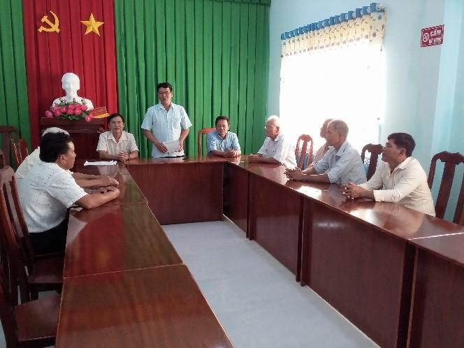 Ông Kiên Ninh, Trưởng Ban Dân tộc thăm, tặng quà Người có uy tín tại xã Ngãi Xuyên, huyện Trà Cú.