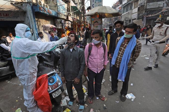 Số ca nhiễm COVID-19 mới tại Ấn Độ tăng cao trong ngày qua. (Ảnh minh họa: AP)