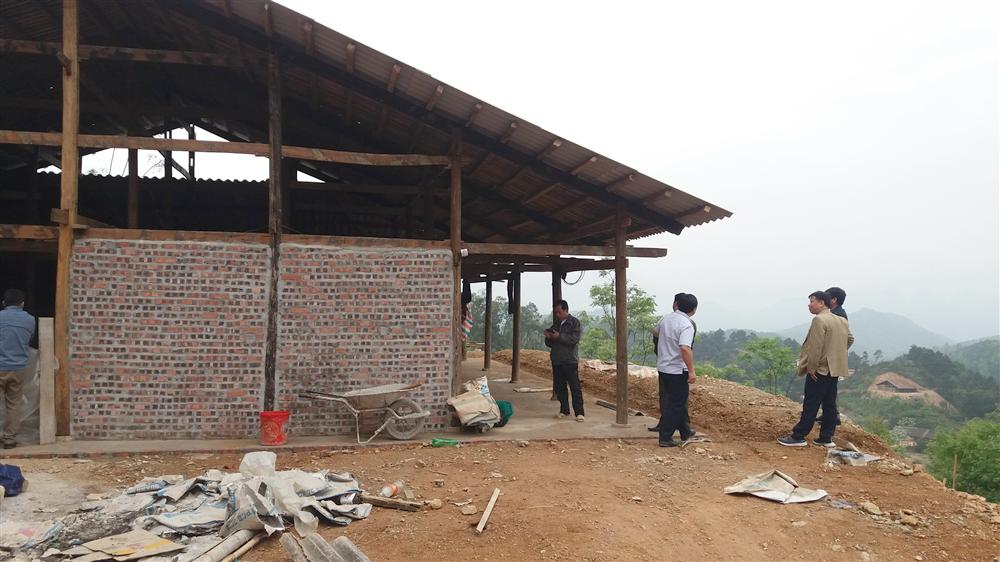 Đoàn công tác kiểm tra hộ dân tại xóm Lũng Lừa, xã Đa Thông.