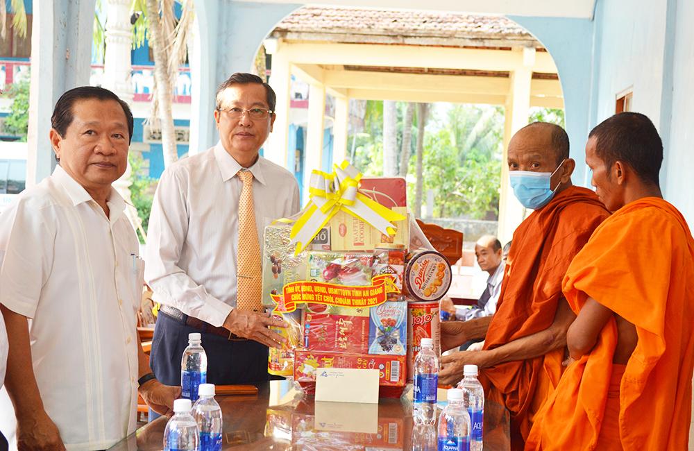 Lãnh đạo tỉnh An Giang chúc Tết Chôl Chnăm Thmây tại các chùa Khmer trên địa bàn huyện Tri Tôn.