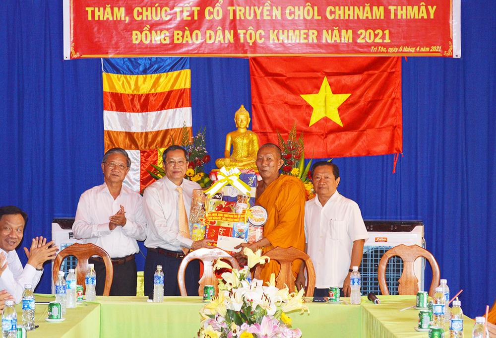 Phó Bí thư Thường trực Tỉnh ủy An Giang Lê Văn Nưng tặng quà cho các vị sư sãi nhân dịp Tết Chool Chnăm Thmây