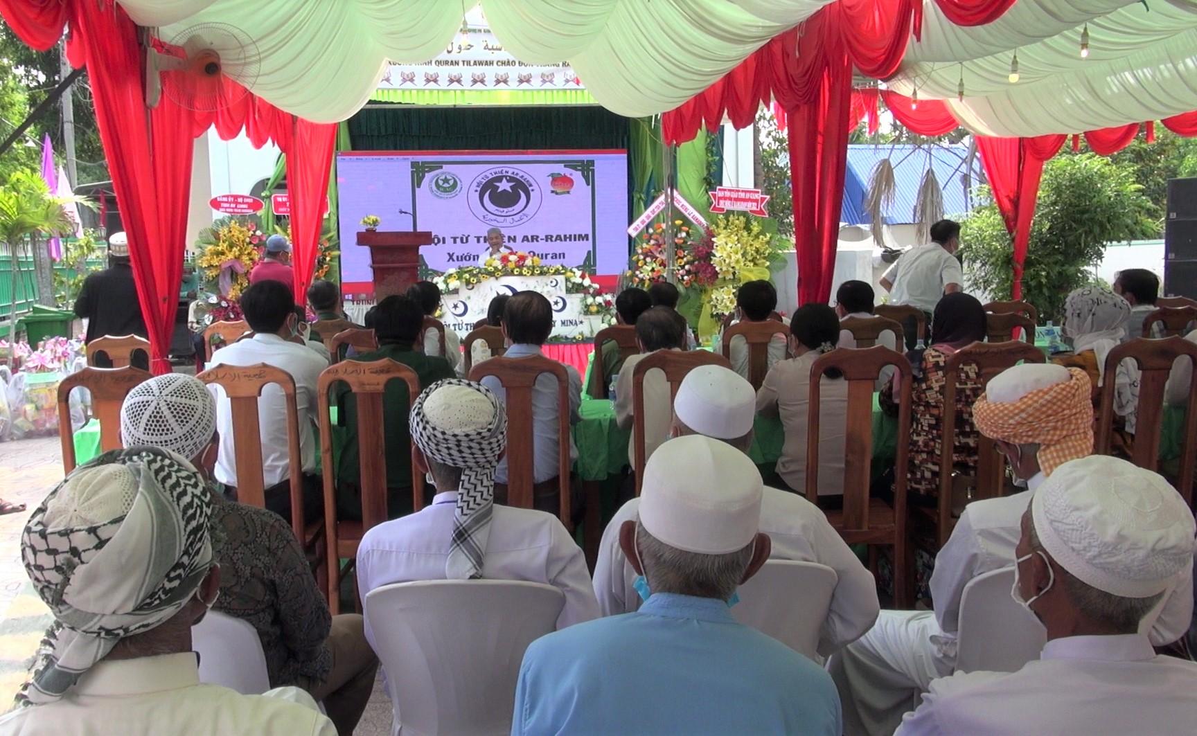 Đông đảo bà con tín đồ cộng đồng Chăm trên địa bàn thị xã Tân Châu đến dự Lễ Ramadan