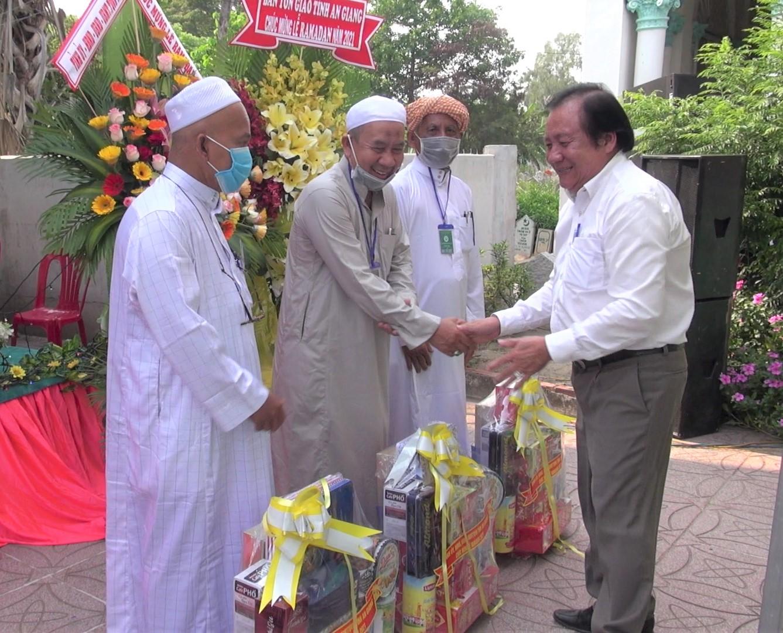 Ông Men Pholly, Trưởng Ban Dân tộc tỉnh An Giang tặng quà chúc mừng tháng Ramadan cho Giáo cả các thánh đường