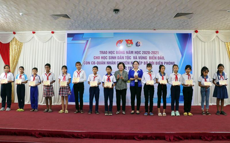 Nguyên Phó Chủ tịch nước Trương Mỹ Hoa và lãnh đạo tỉnh trao học bổng cho các học sinh dân tộc thiểu số vượt khó học giỏi tại Sóc Trăng.