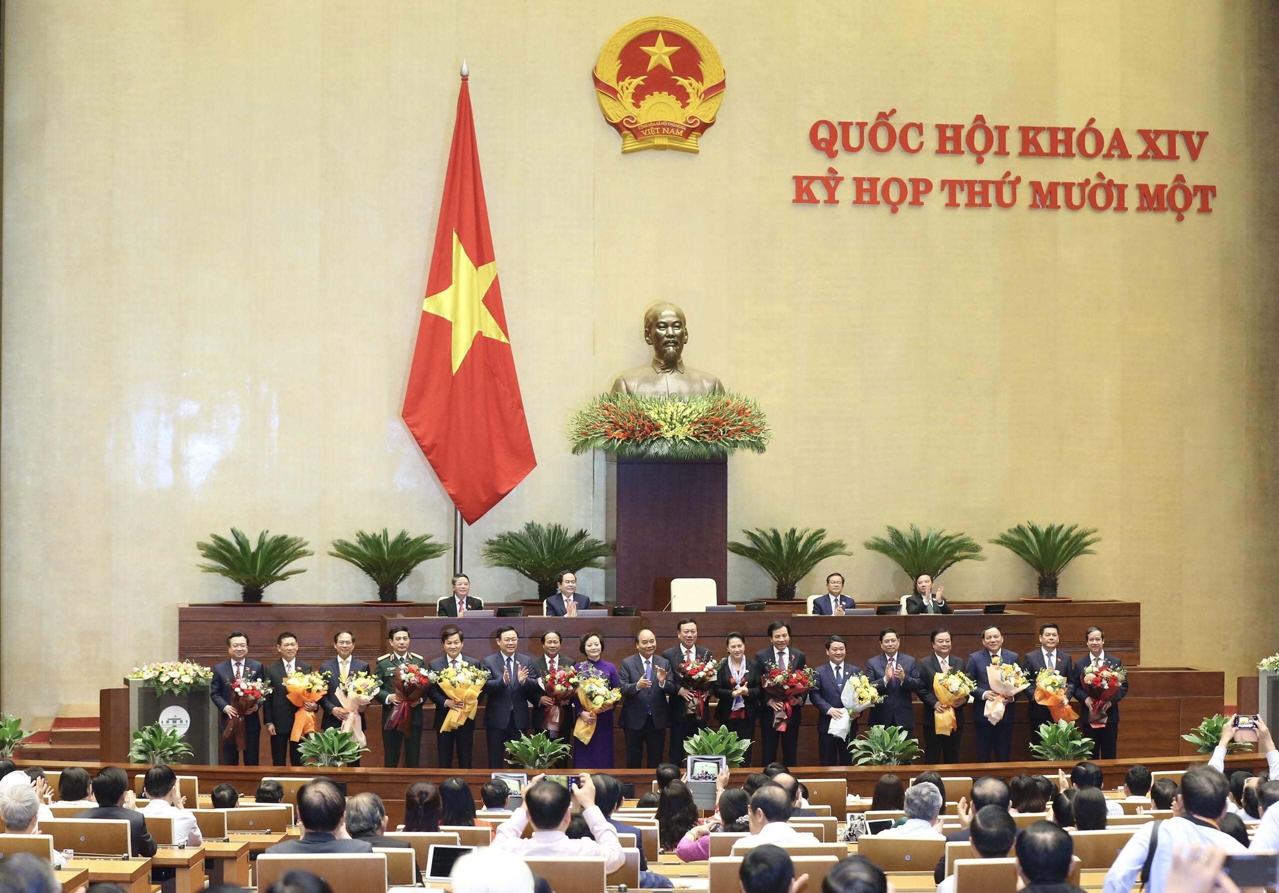 Chủ tịch nước Nguyễn Xuân Phúc, Thủ tướng Phạm Minh Chính, Chủ tịch Quốc hội Vương Đình Huệ chúc mừng các đồng chí vừa được Quốc hội phê chuẩn bổ nhiệm.