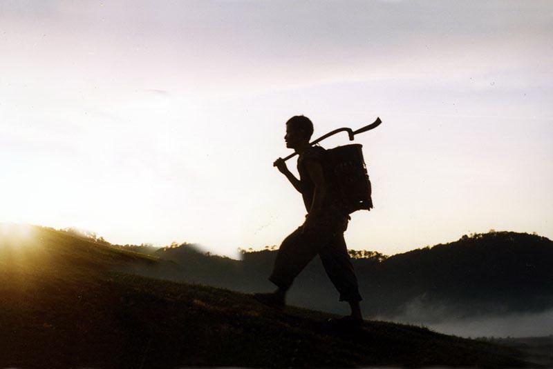 Anh hùng Cil mup Ha K'Riêng thời còn là bưu tá chân trần vượt rừng mang thư, báo đến với vùng sâu.