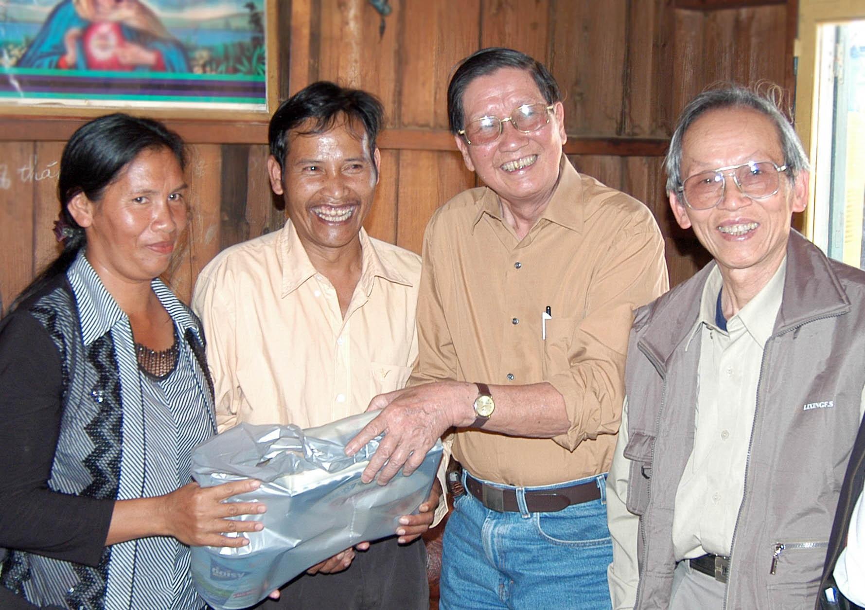 Các nhạc sĩ Phạm Tuyên và Huy Thục thăm nhà Anh hùng Cil mup Ha K'Riêng