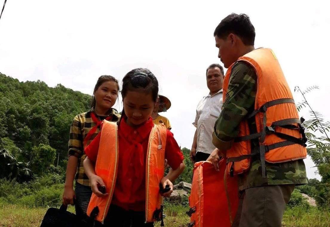 Anh Lý Văn thiểu với 5 năm chèo thuyền đưa học sinh vùng hồ xã Yên Thành (Yên Bình, Yên Bái) đến trường.