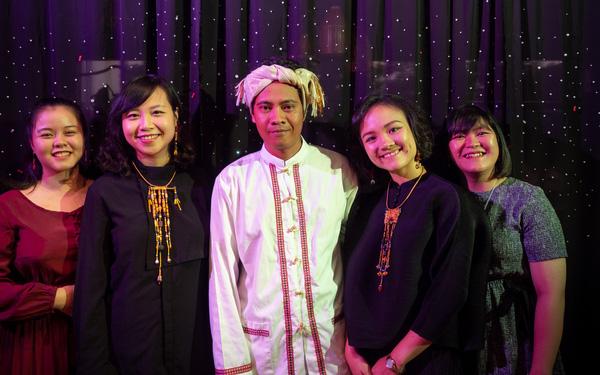 Chị Vũ Thị Thanh Vân (thứ hai từ phải sang) cùng nghệ nhân của làng gốm Bàu Trúc và team theMay.