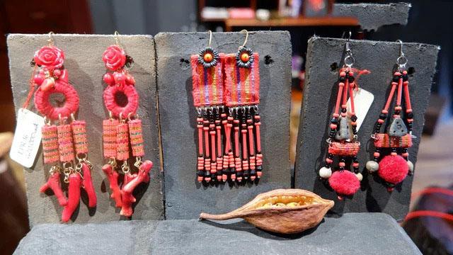 Ngoài thổ cẩm Mỹ Nghiệp và gốm Bàu Trúc, hầu hết những thành phần còn lại trong các sản phẩm của theMay đều nhập từ Nhật Bản.