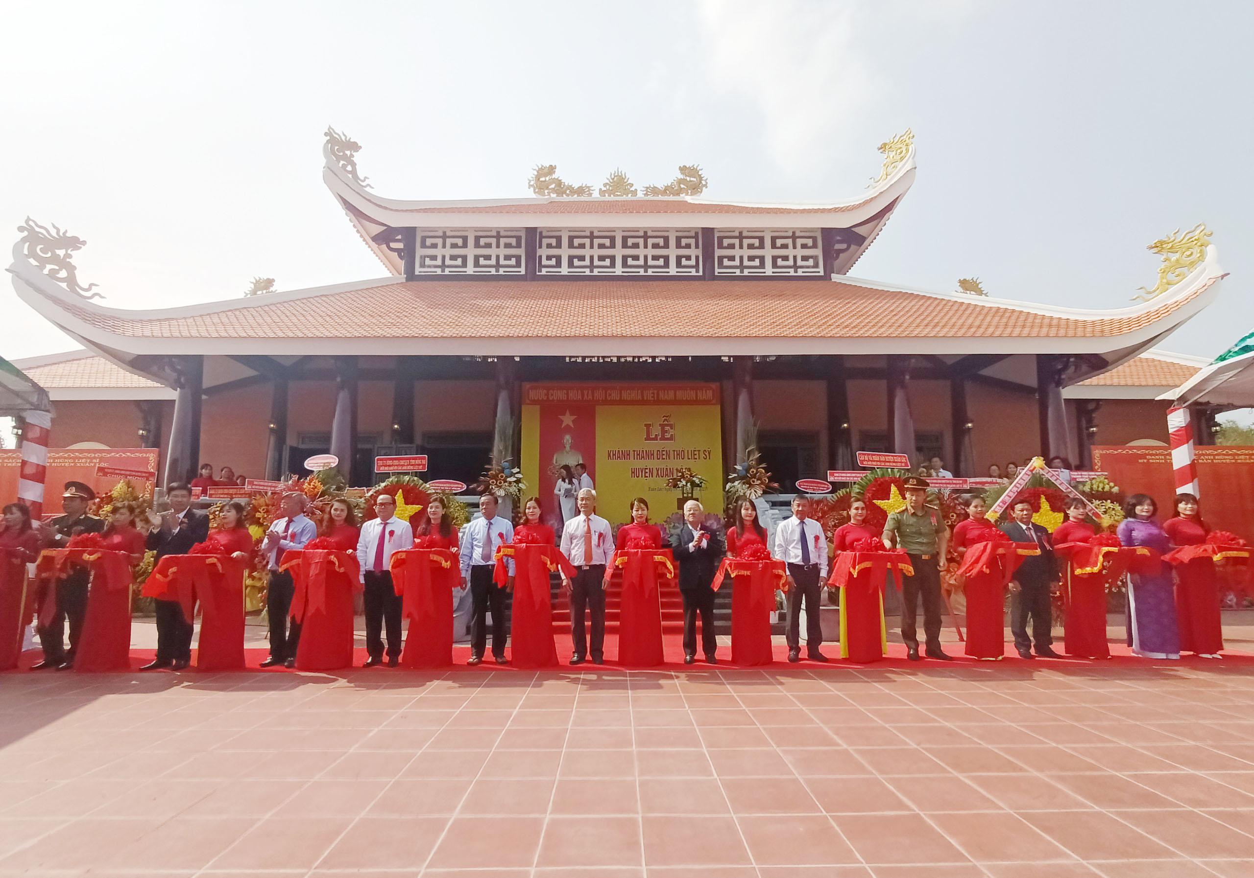 Các đồng chí Lãnh đạo tỉnh Đồng Nai, huyện Xuân Lộc cắt băng khánh thành Đền thờ Liệt sỹ huyện Xuân Lộc