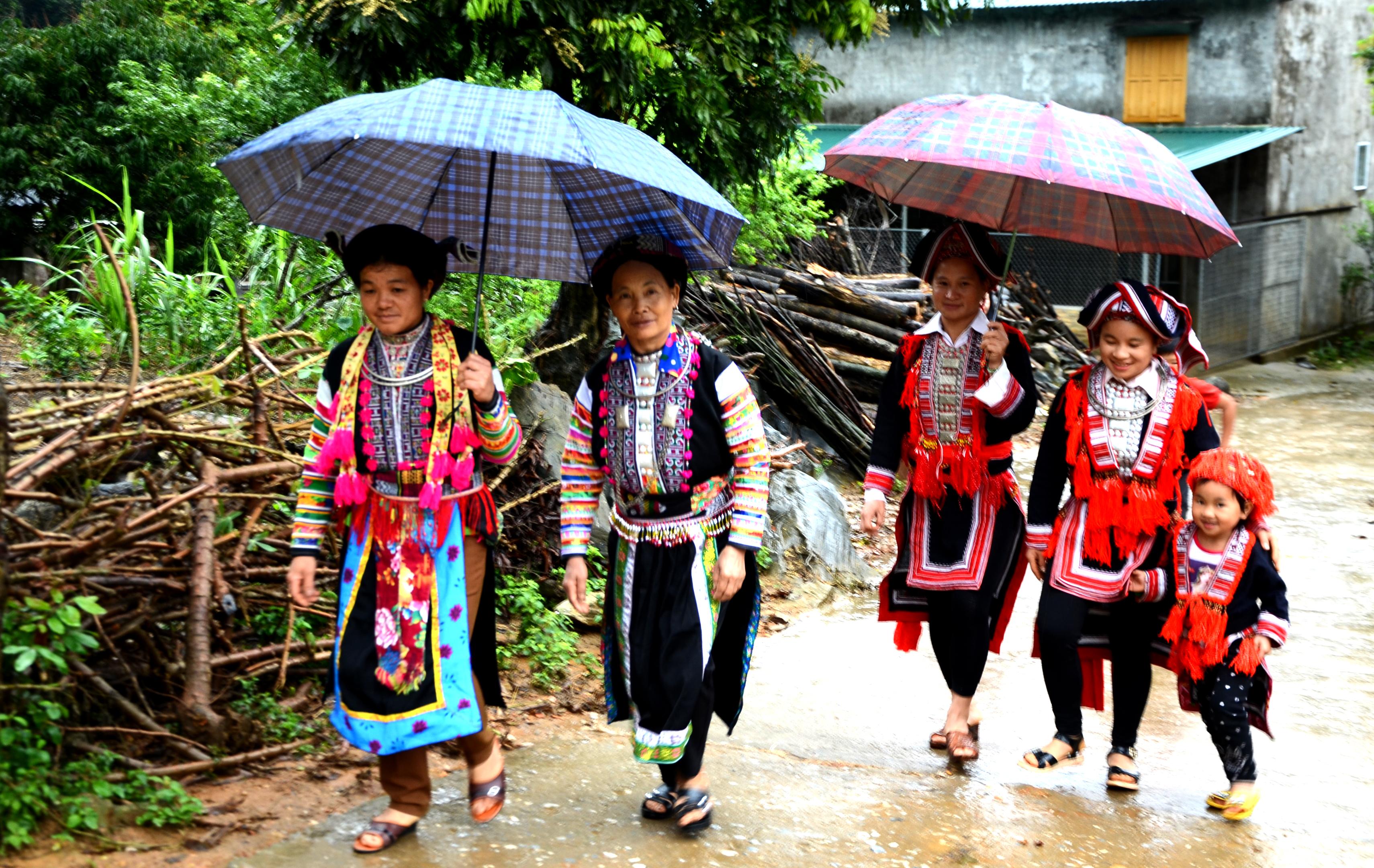 Người Dao ở Cổng Đá vẫn bảo tồn tốt trang phục truyền thống của dân tộc mình.