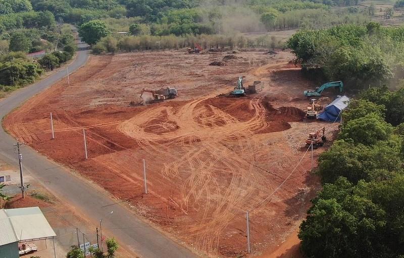 Một khu đất trên trục đường chính liên xã An Khương-Tân Lợi đang được giới 'cò' san ủi để phân lô bán nền. (Ảnh: Sỹ Tuyên/TTXVN)
