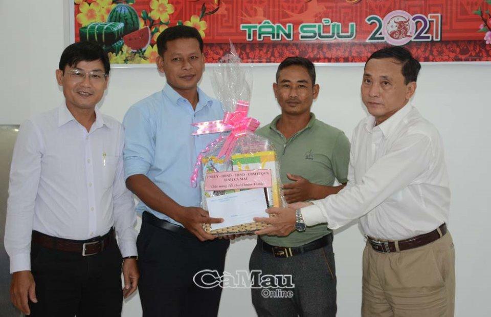 Đại diện lãnh đạo Ban Dân tộc tỉnh Cà Mau tặng quà cho cán bộ, viên chức là người dân tộc Khmer tại Báo Cà Mau. (Ảnh: baocamau.com.vn)