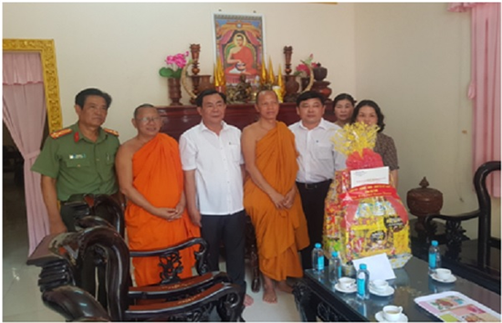 Đại diện lãnh đạo UBND tỉnh Trà Vinh cùng đại diện lãnh đạo Công an tỉnh, Ban Dân tộc tỉnh đến thăm tặng quà cho các nhà sư của Chùa Ret Mol, ấp Kim Câu, xã Kim Hòa, huyện Cầu Ngang