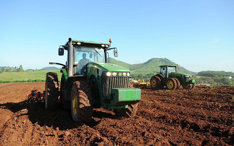 Cơ giới hóa trong sản xuất nông nghiệp tại trang trại TH (huyện Nghĩa Ðàn, Nghệ An). Ảnh: Ðăng Khoa