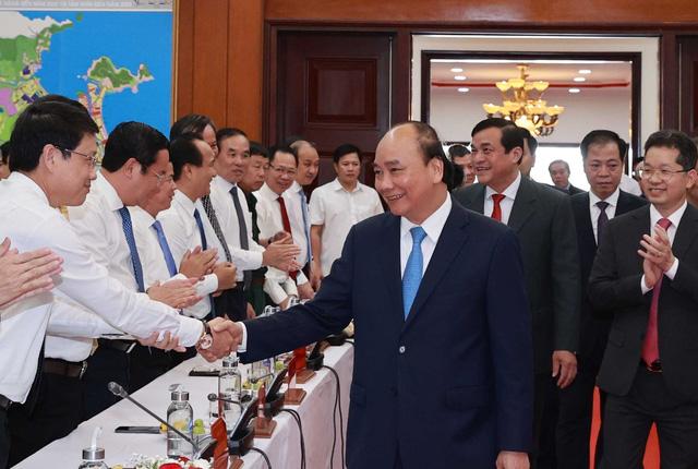 Chủ tịch nước Nguyễn Xuân Phúc thăm phòng truyền thống của Thành ủy Đà Nẵng. (Ảnh: TTXVN)