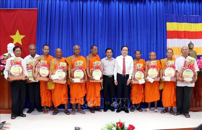 Đồng chí Trần Thanh Mẫn tặng quà các vị hòa thượng, thượng tọa trong hội Đoàn kết sư sãi yêu nước tỉnh Sóc Trăng.