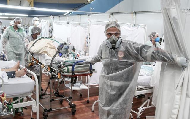 Một bệnh nhân cần chăm sóc đặc biệt tại Brazil. Ảnh: AP