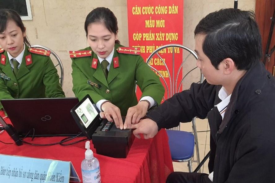 Công dân có nhu cầu làm thủ tục cấp căn cước công dân gắn chip điện tử liên hệ với công an các quận, huyện, thị xã nơi có hộ khẩu đăng ký thường trú