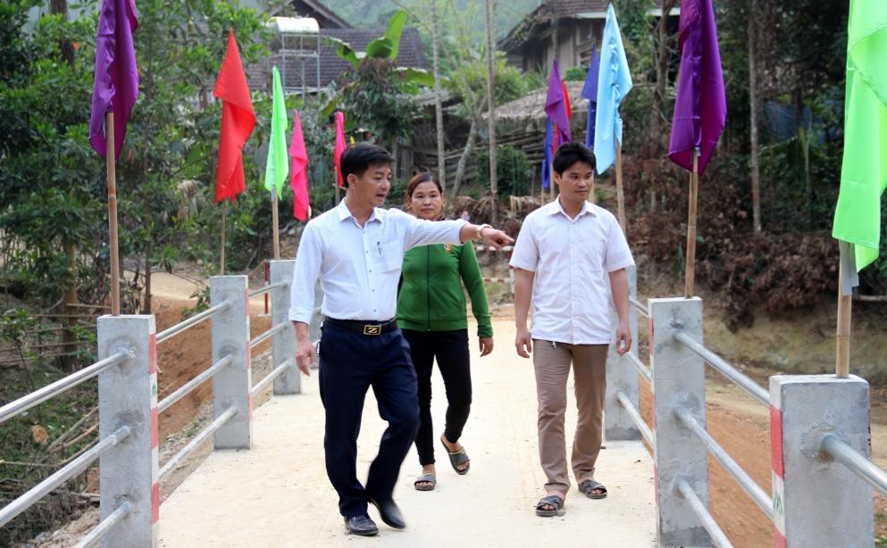 Ông Phạm Trọng Bình (ngoài cùng bên trái) cùng người dân bản Quẹ thăm cây cầu mới