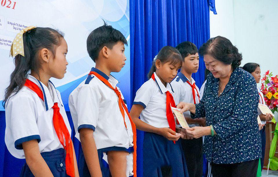 Các em học sinh Cà Mau đón nhận học bổng do nguyên Phó Chủ tịch nước Trương Mỹ Hoa, Chủ tịch Quỹ học bổng Vừ A Dính trao tặng.