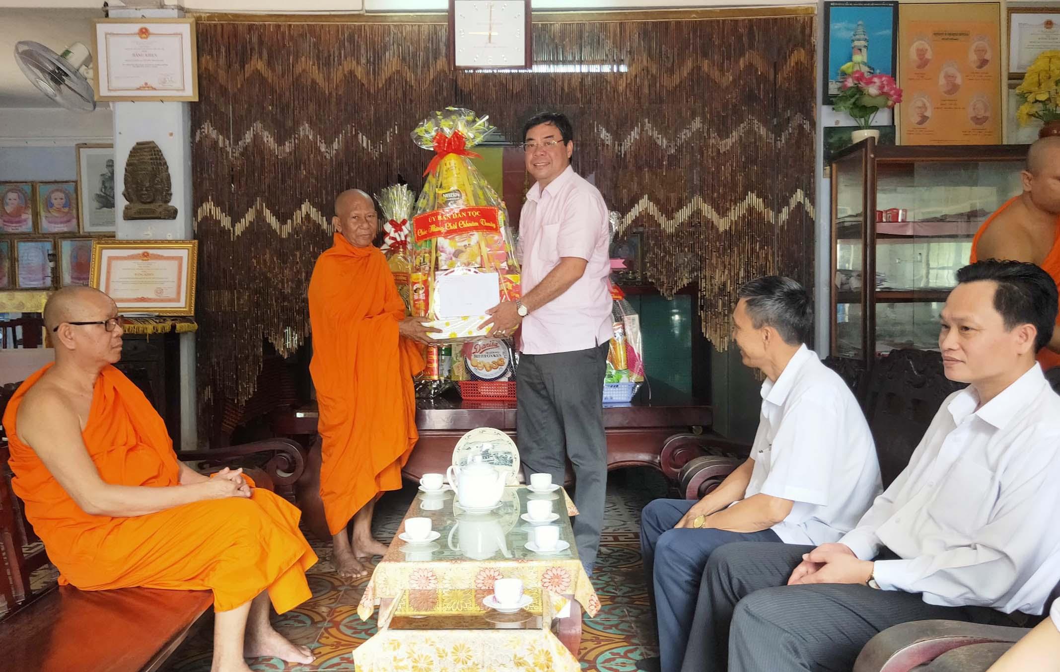 Ông Tào Việt Thắng tặng quà Hoà thượng Thạch Sok Xane, Hội trưởng Hội Đoàn kế sư sãi yêu nước tỉnh Trà Vinh