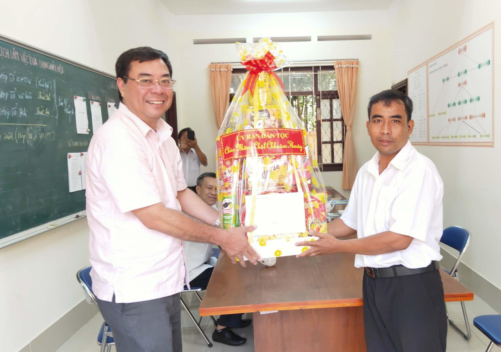 Ông Tào Việt Thắng tặng quà cho Ban giám hiệu trường phổ Dân tộc Nội trú tỉnh Trà Vinh