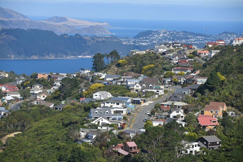 New Zealand sẽ bỏ các ưu đãi thuế cho các nhà đầu tư bất động sản và tăng nguồn cung nhà ở nhằm hạ nhiệt thị trường địa ốc (Ảnh: Một khu dân cư gần Wellington ở New Zealand/ Nguồn: Xinhua)