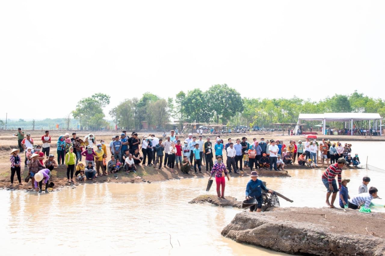 Đông đảo người dân tham dự Lễ hội Phá Bàu