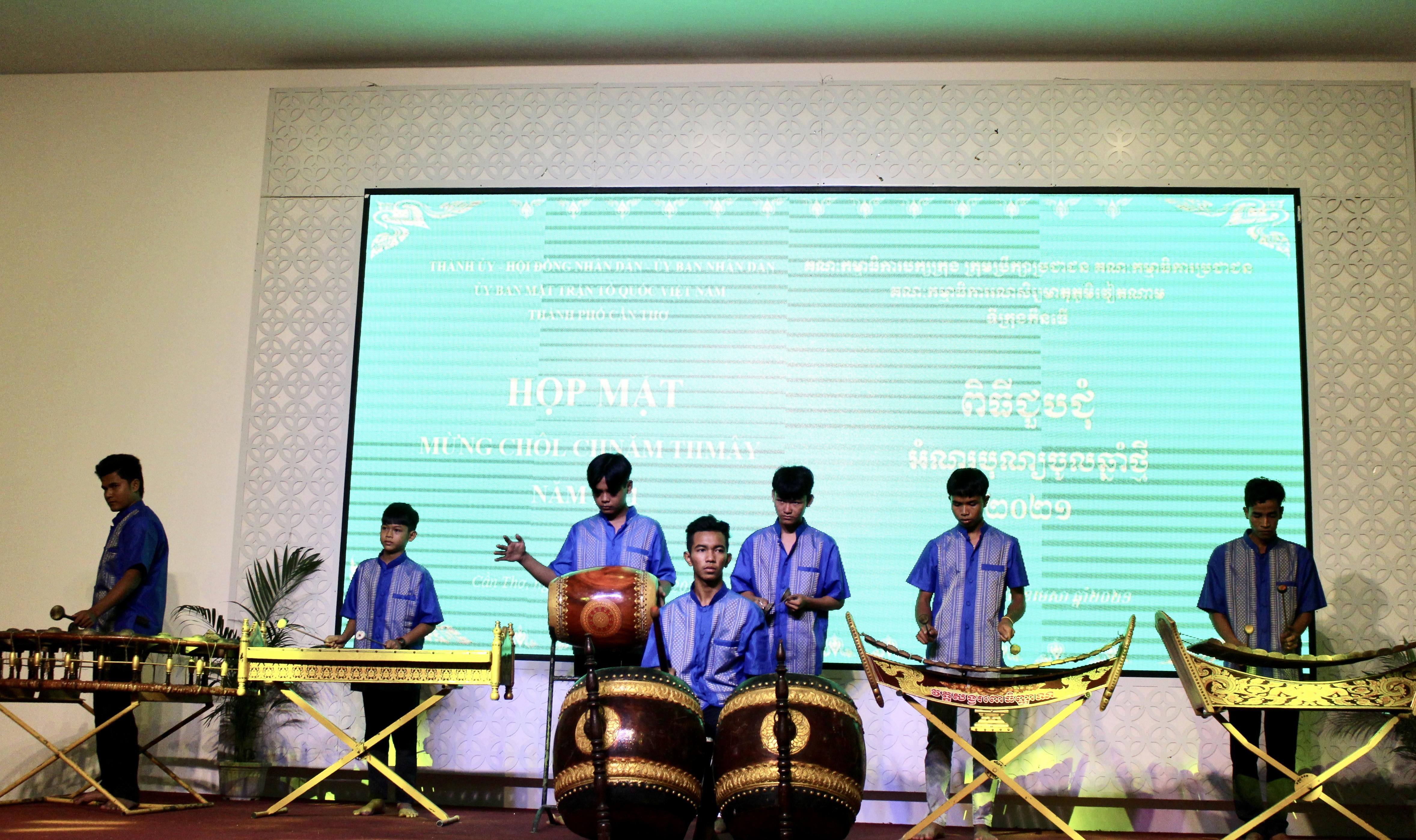 Một tiết mục biểu diễn âm nhạc dân tộc mừng Tết cổ truyền của đồng bào Khmer