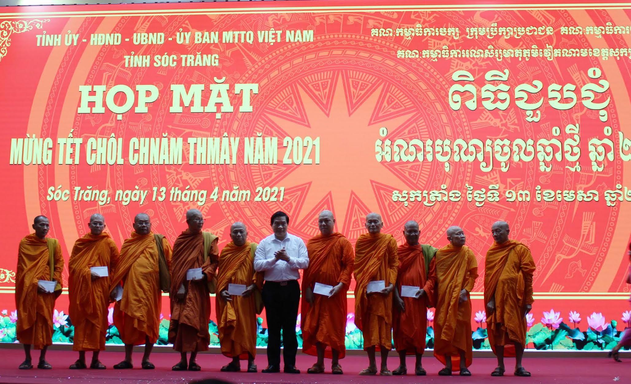 Ông Hà Ngọc Chiến, Chủ tịch Hội đồng Dân tộc của Quốc hội trao quà cho các vị sư sãi trong Hội đoàn kết sư sãi yêu nước tỉnh