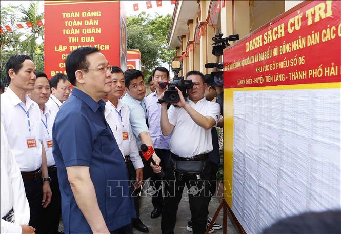 Chủ tịch Quốc hội Vương Đình Huệ kiểm tra công tác bầu cử ở Khu vực bỏ phiếu số 5, tại thôn Nam Tử, xã Kiến Thiết, thành phố Hải Phòng. Ảnh: Doãn Tấn/TTXVN