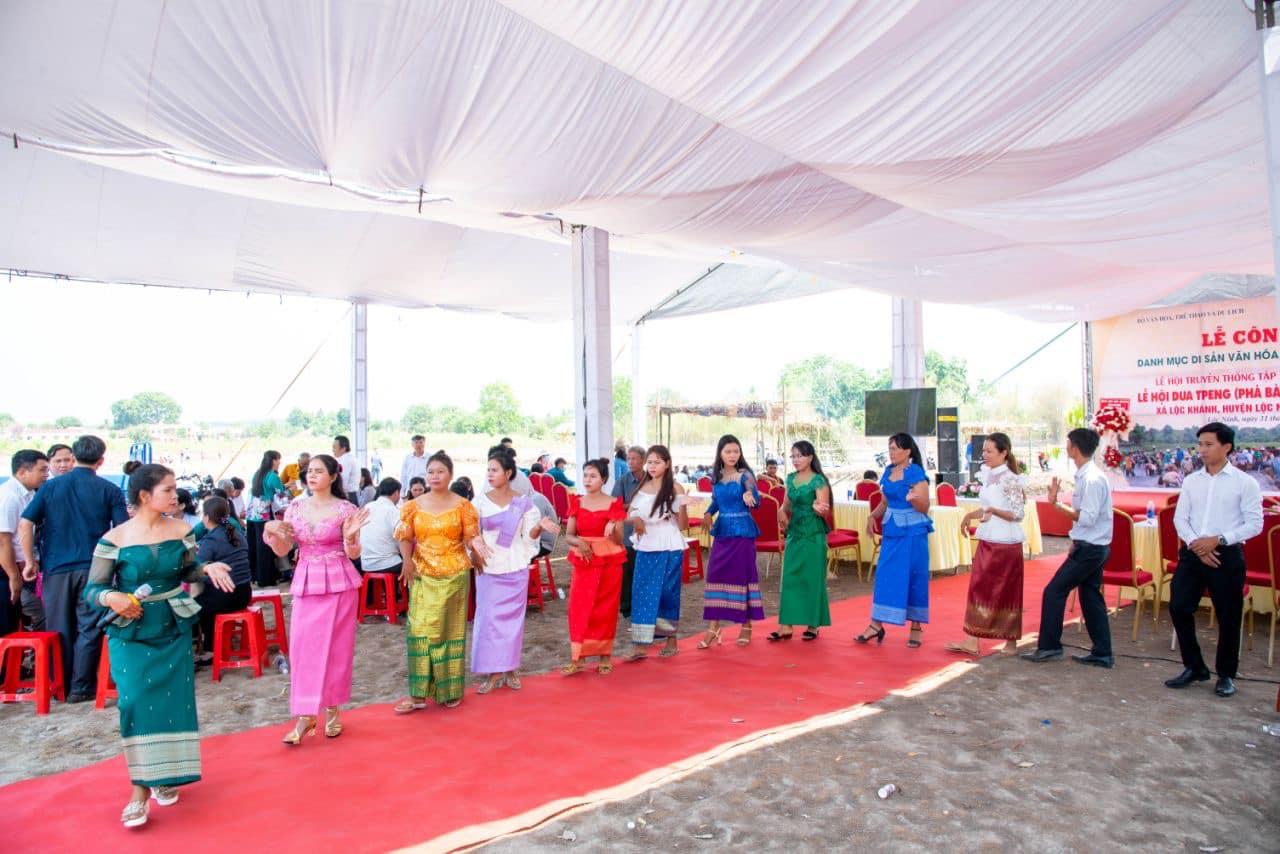 Văn nghệ chào mừng Lễ hội Phá Bàu của đồng bào Khmer