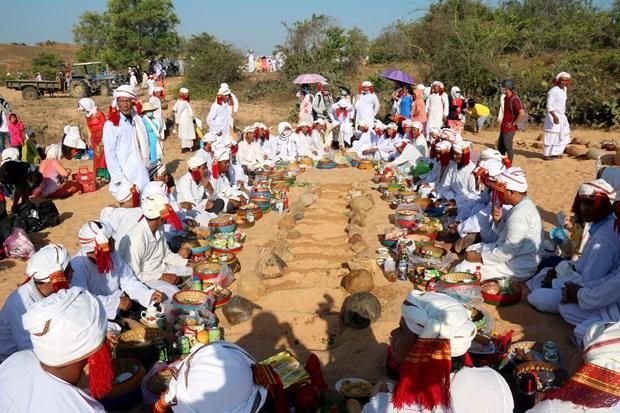 Thực hiện các nghi thức cúng trong Lễ tảo mộ của đồng bào Chăm ở Bình Thuận. Ảnh: Nguyễn Thanh - TTXVN