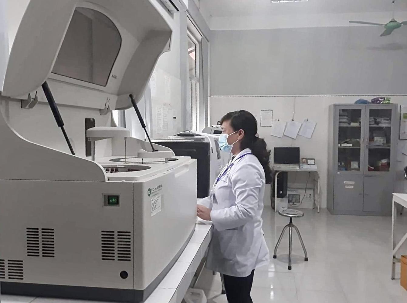 Nhân viên của TT Y tế huyện Bình Gia thực hiện các kỹ thuật xét nghiệm.