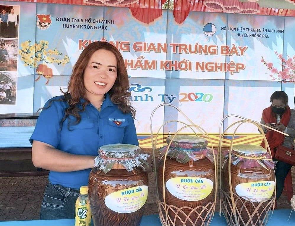 Chị H Blây Niê giới thiệu sản phẩm rượu cần tại một hội chợ ở huyện Krông Pắc