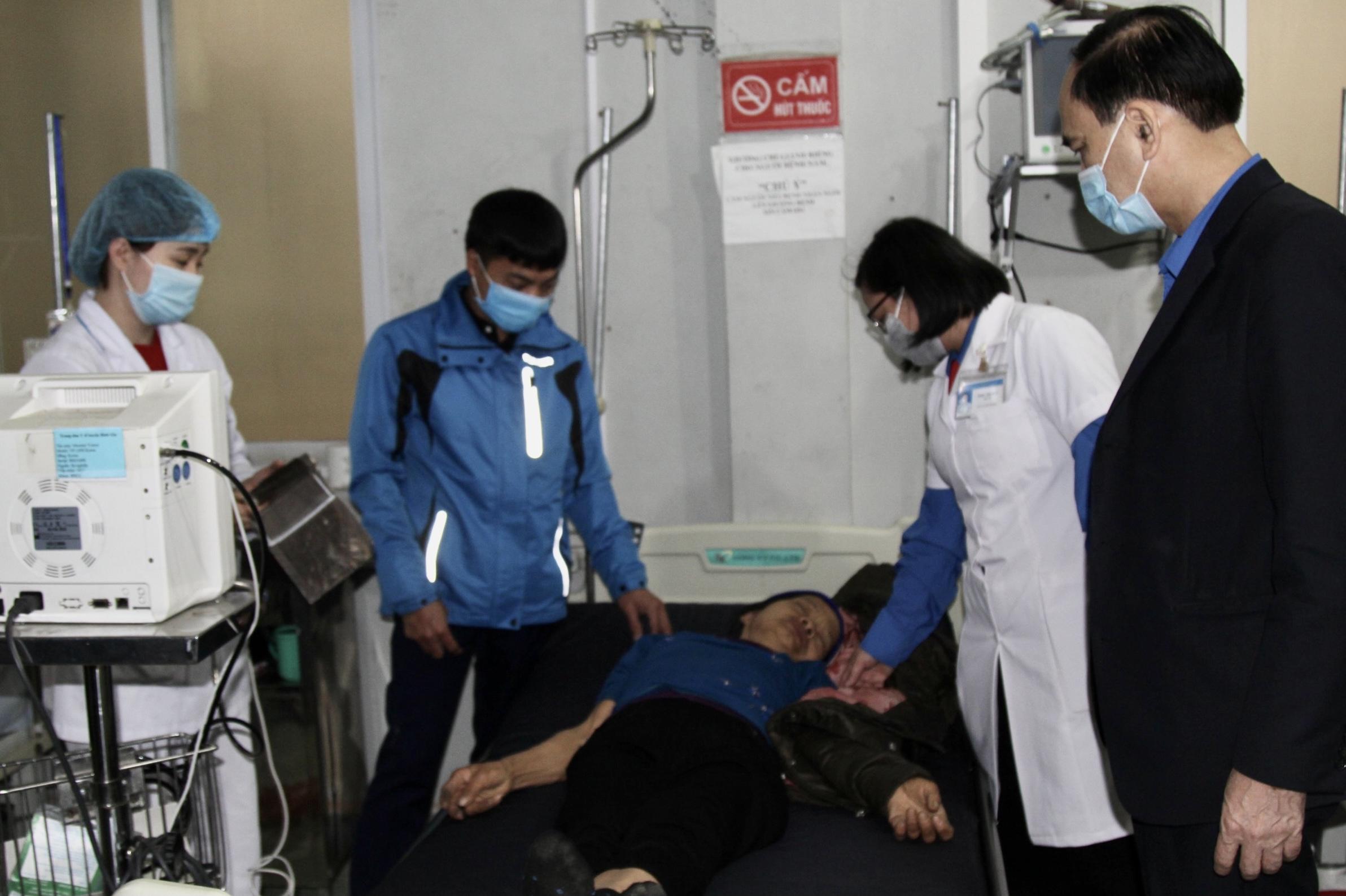 Các bác sĩ của TT Y tế huyện Bình Gia thăm khám sức khỏe cho bệnh nhân.