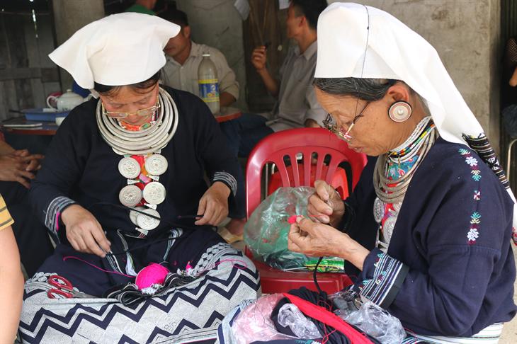 Phụ nữ Dao Tiền tự may trang phục truyền thống cho bản thân và gia đình. Ảnh: Bích Nguyên