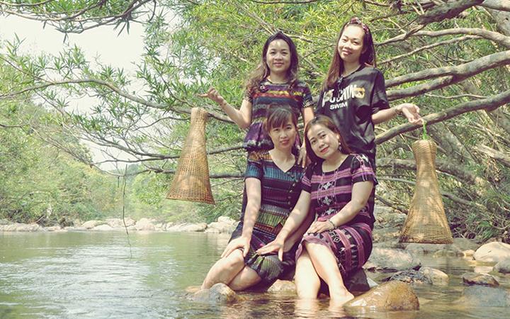 Khách du lịch trải nghiệm ở suối Tà Lao, xã Tà Long, huyện miền núi Đa Krông (Quảng Trị)