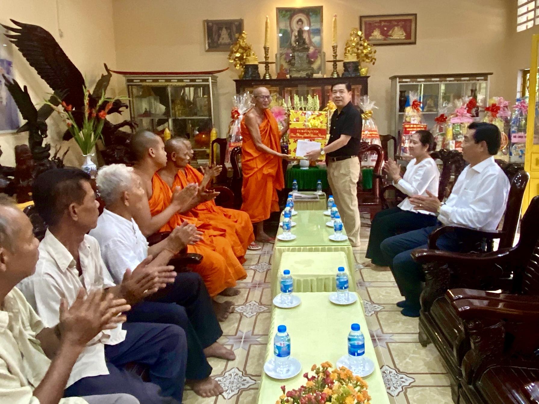 Thứ trưởng, Phó Chủ nhiệm Lê Sơn Hải đã đến thăm và tặng quà Hội Đoàn kết sư sãi.TP Cần Thơ
