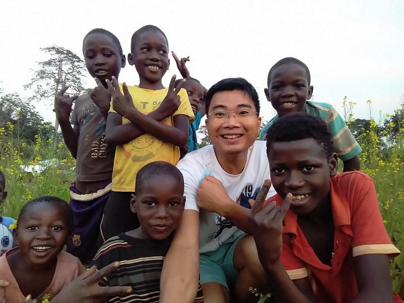 Anh Quyết bên các em nhỏ Angola. (Nguồn: Thời Đại)