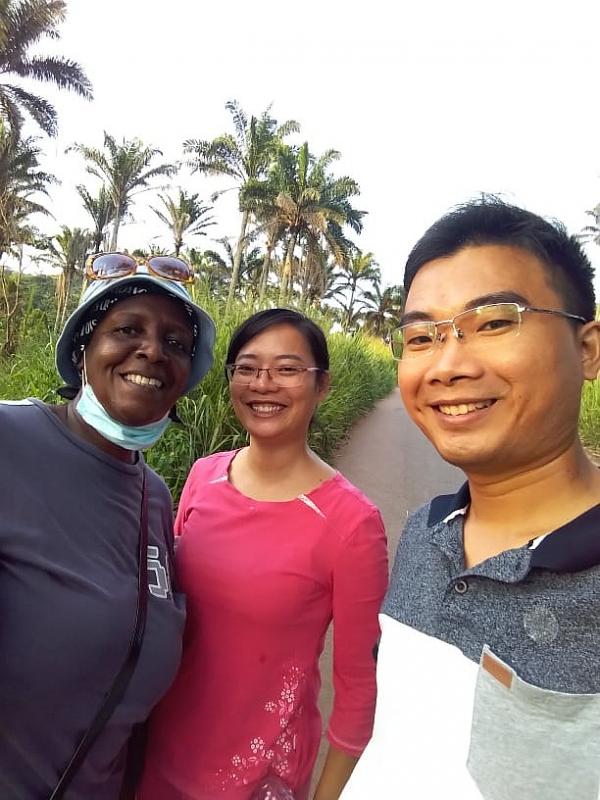 Hai vợ chồng bác sĩ Việt Nam tại Angola. (Nguồn: Thời Đại)