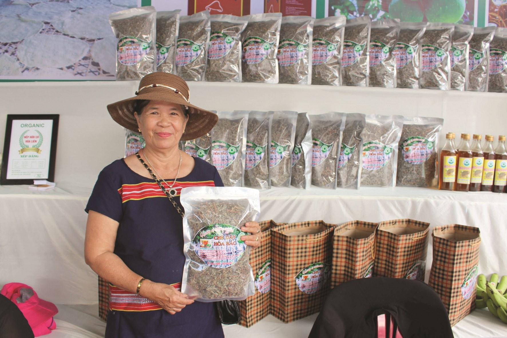 Bà Chọn giới thiệu sản phẩm chè dây do cơ sở mình chế biến, sản xuất tại Hội chợ Hòa Vang năm 2020.