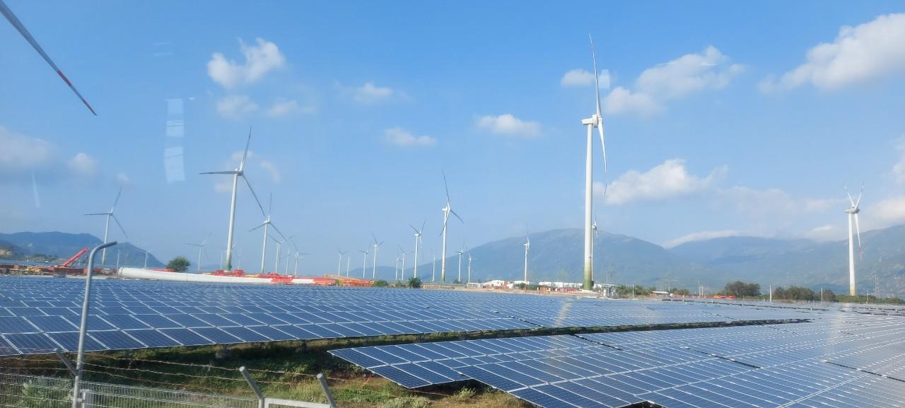 Tổ hợp Nhà máy điện gió và điện mặt trời Trung Nam được xem là tổ hợp nặng lượng tái tạo Điện mặt trời và Điện gió lớn nhất và duy nhất tại Việt Nam và Đông Nam Á
