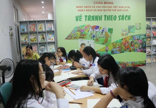 Hoạt động vẽ tranh theo sách (Ảnh: Thư viện Hà Nội)