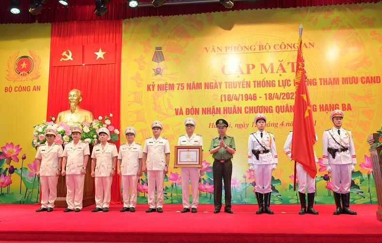 Thừa ủy quyền của lãnh đạo Đảng, Nhà nước, Bộ trưởng Tô Lâm trao Huân chương Quân công hạng Ba tặng Văn phòng Bộ Công an. Ảnh: bocongan.gov.vn